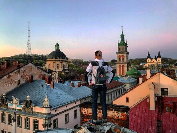 У Львові підліток з двома подружками розважався на даху, - екстремальні кадри