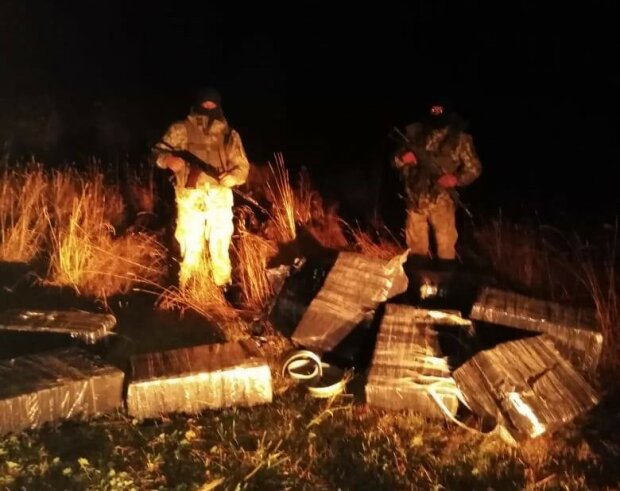 На Буковині контрабандисти покинули 6 тисяч пачок сигарет, фото з Фейсбук