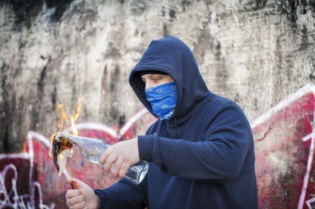 Двое подростков забросали коктейлем Молотова кафе в центре Киева: пожар начался мгновенно, фото