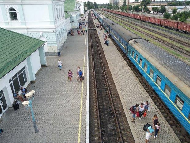 У Бердянську дитина потрапила під потяг, на тілі немає живого місця: вирішив прогулятися рейками