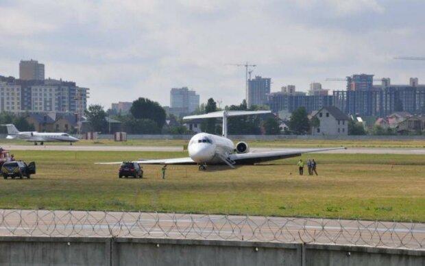 У Жулянах розбирають скандальний літак