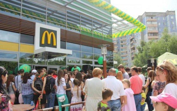 """Парочку застукали за """"клубничкой"""" в переполненном McDonald's: фото"""