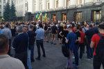 Під Адміністрацією Зеленського зібралося сотні розлютованих людей: висунуто вимоги