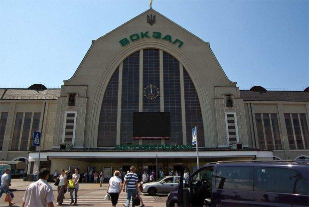 """На київському вокзалі встановлять двері за 3 мільйони: Укрзалізниця """"викупила"""" головну фішку Кличка"""