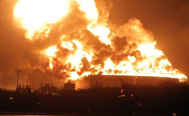 Потужний вибух та масштабна пожежа: у Росії злетів в повітря нафтовий завод, відео з самого пекла