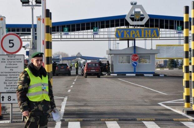 """Ворвались в Украину """"на птичьих правах"""": из Прикарпатья депортировали двоих иностранцев"""