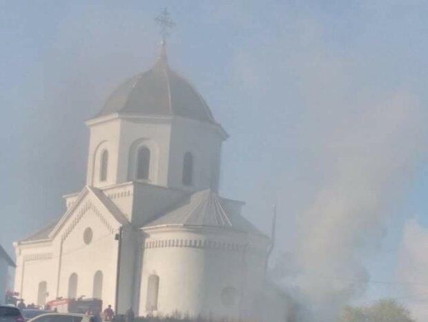 """На Львівщині спалахнула церква, село в диму і жаху: """"Бог карає?"""""""