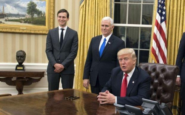 ЗМІ дізнались, хто заходить до кабінету Трампа, коли він натискає червону кнопку