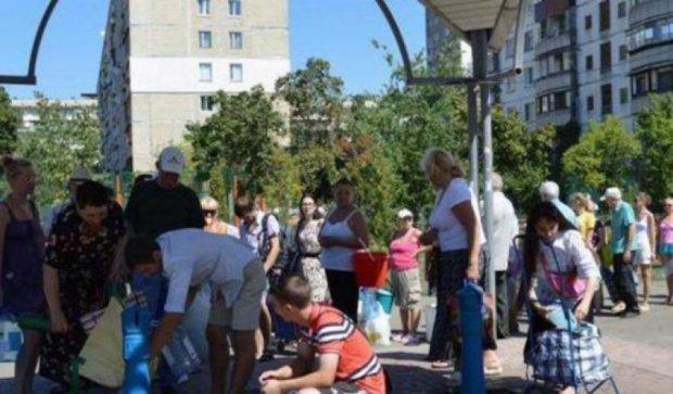 Жители Киева стоят в километровых очередях за водой