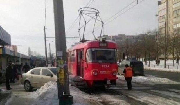 Opel протаранив трамвай на Троєщині