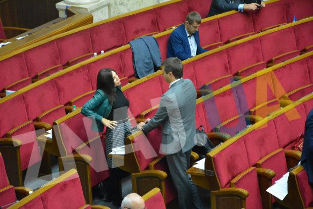 Працюють на знос: депутати розглядають інтимні частини тіла своїх колег та сидять у соціальних мережах
