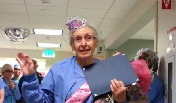 Американська медсестра відсвяткувала 90-річчя на роботі