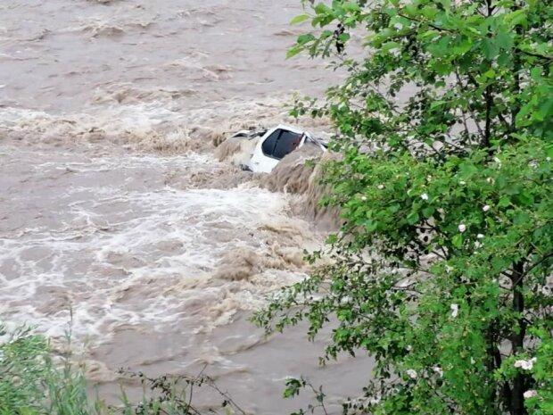 """На Франківщині автівку поглинула оскаженіла річка - чоловік і жінка загинули, """"запечатані"""" в горі металу"""
