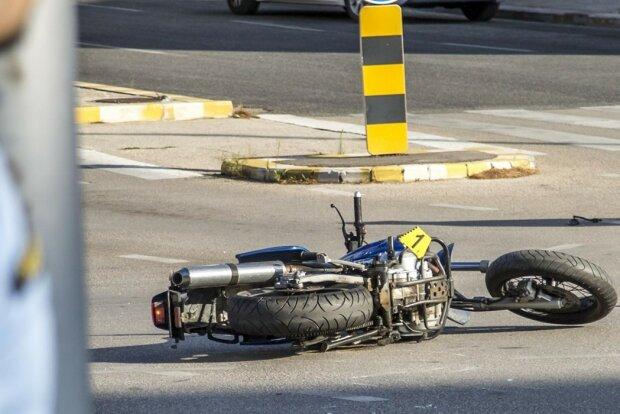 Под Винницей два автомобиля устроили байкеру кровавый боулинг: после такого не выживают, жуткие кадры