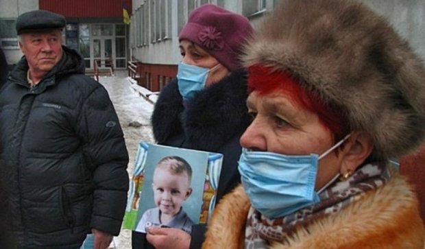 Мешканці Рівного мітингували проти  лікаря-вбивці (фото, відео)