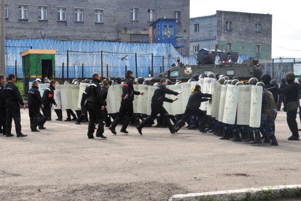 У російській колонії стався бунт: люди вискакували через вікна, рятуючись