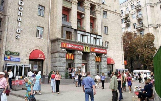 Бігмак та пересмикнути: відвідувач McDonald's шокував киян непристойним заняттям