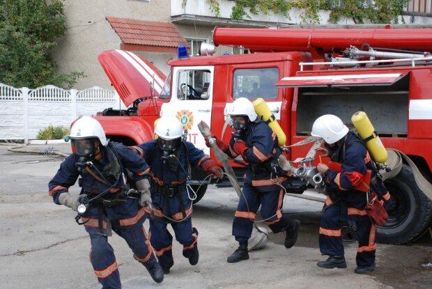 Одеський коледж перед очима: у Дніпрі палає гуртожиток, студентів екстрено евакуюють, - тривожні кадри