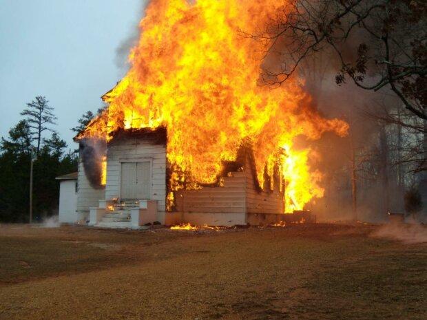 Бог не допоміг: під Дніпром спалахнула церква, люди побачили зловісний знак