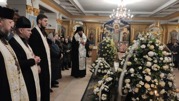 В Тернополі попрощалися із загиблим в Єгипті сином священика: закрита труна та оберемки квітів