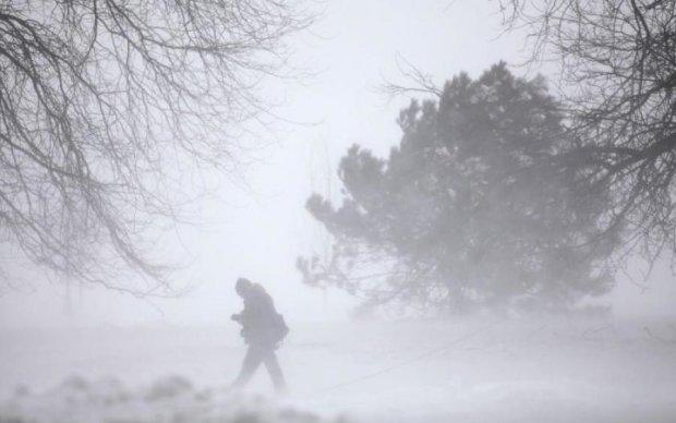 """Леденящие душу кадры: экстремал """"словил"""" волну несмотря на бурю"""