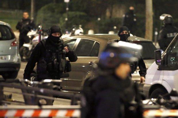 Преступник захватил в плен девять человек во время ограбления банка: полиция пытается договориться