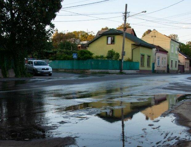 Свежий асфальт на старую канализацию, фото с фейсбук
