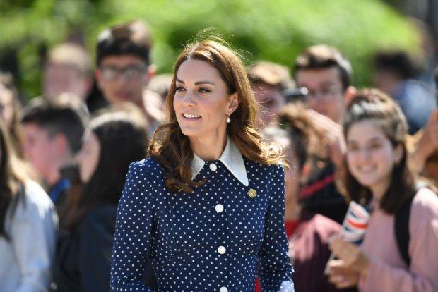 Кейт Міддлтон захопила сміливою сукнею, а вітер показав деталі: гарячі фото