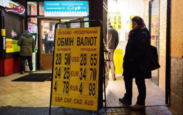 Курс валют на 12 августа: доллар скачет, а гривна плачет