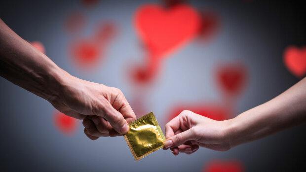 """Копи зловили умілицю на продажу б/у презервативів: """"Випрала наново сотні тисяч"""""""