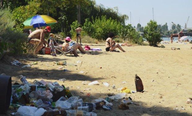 В Одесі позеленіло море: тхне безбожно, туристи тікають із пляжів