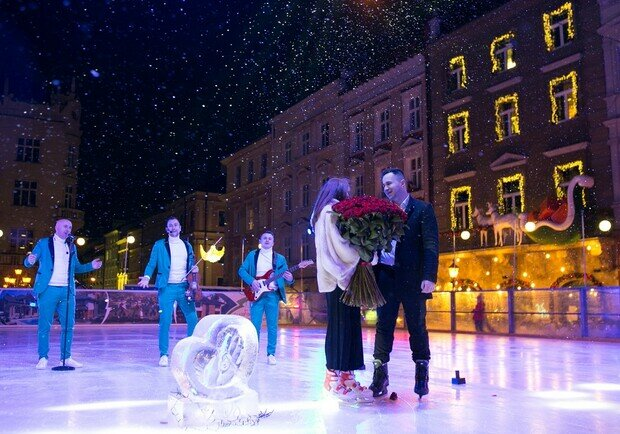 Украинец сделал предложение любимой в центре Львова, безумная романтика: каток, кольцо и сотня роз