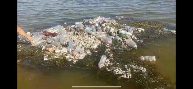 """В Запорожье появился мусорный """"айсберг"""" в море - рыбы дохнут, туристы крутят носом"""