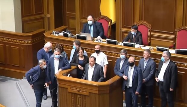 """Депутати """"злили"""" сотні тисяч гривень на дезінфектори і маски: з держбюджету в порожнечу"""