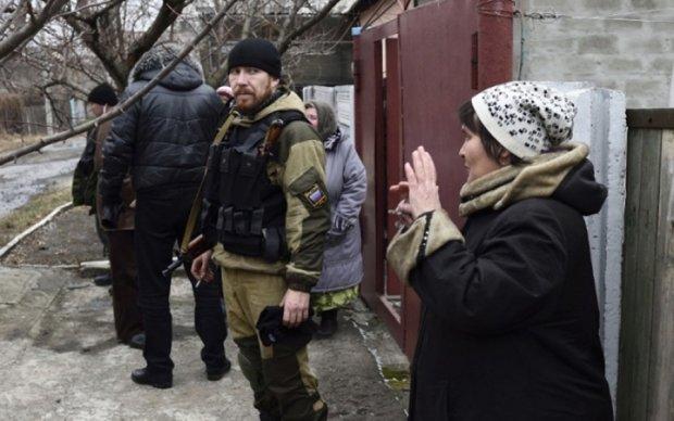 """Адепти """"руского міра"""" врятували жителів Донбасу від продуктів і грошей"""