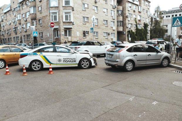 У центрі Києва сміттєвоз лишив від легковика купку брухту, є жертва: відео
