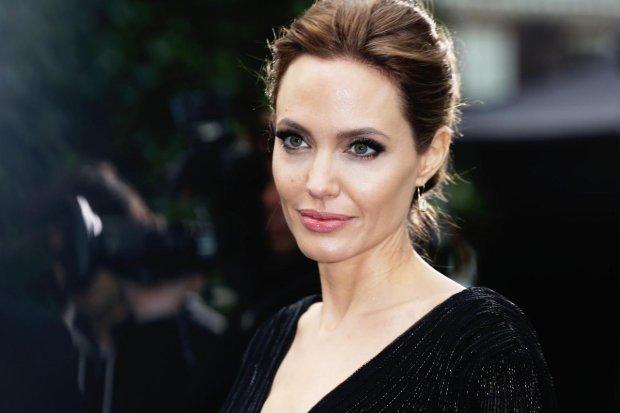 Без белья, зато с детьми: красотка Джоли засветила самое ценное во время прогулки