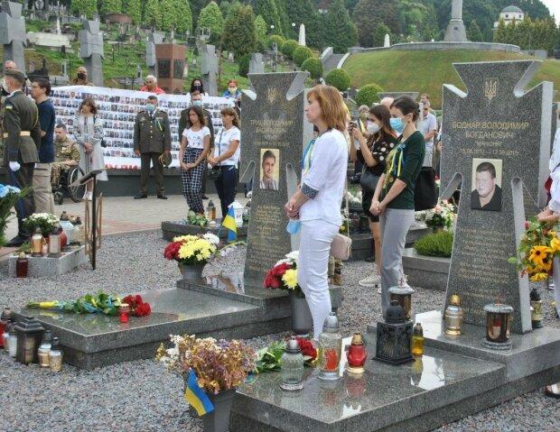 Сотні львів'ян вшанували пам'ять Героїв Небесної Сотні та АТО - віддали життя за Україну