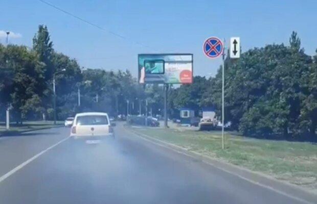 Авто в диму, скріншот: YouTube