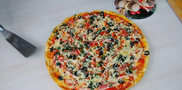 Хрустка домашня піца з оригінальною начинкою - простий рецепт і маленькі хитрощі
