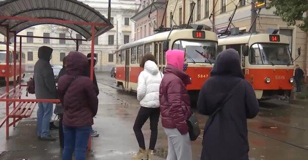 украинцы на остановке, скриншот с видео
