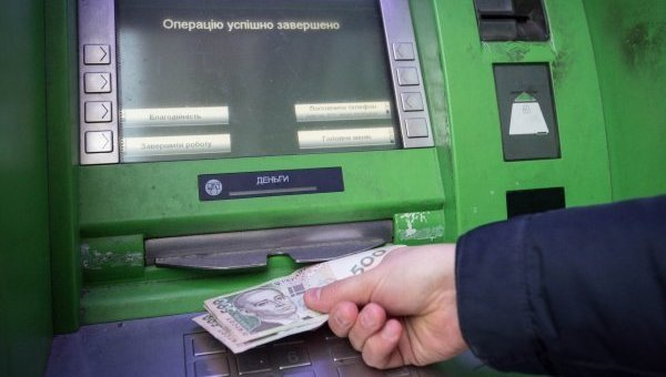 Скандал с ПриватБанком приобретает новые обороты: украинцам поянили, куда исчезают деньги