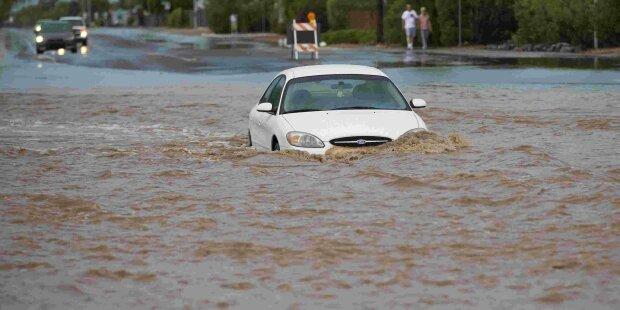 Люта стихія перетворила Львівщину на Венецію, на роботу тепер - уплав: кадри масшабного потопу