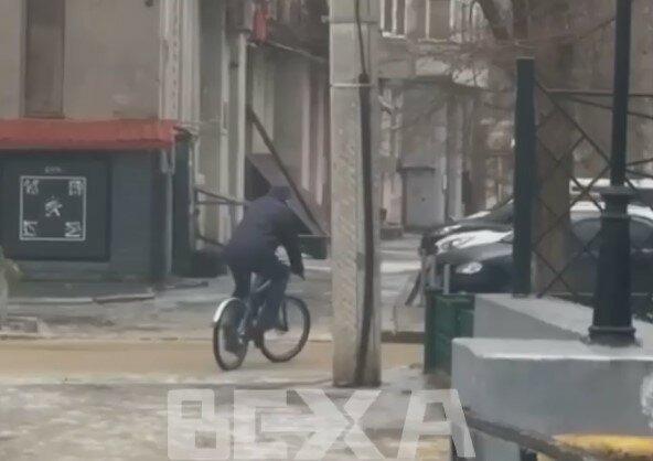 Харьковчанин укротил скользкую стихию на двух колесах: лед - не помеха