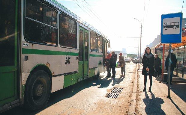Агресивна пенсіонерка покалічила дитину в автобусі: облаяла і зламала руку