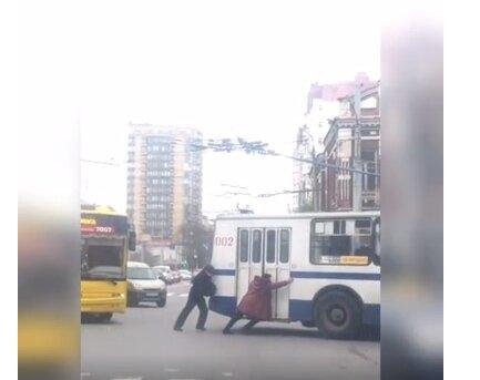 """У Хмельницькому зламаний тролейбус змусив пасажирів розім'яти спини: """"Доштовхаємо до роботи"""""""