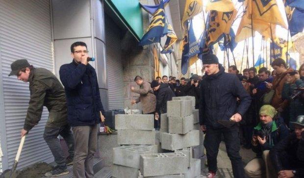 Київське відділення Сбербанку замурували цеглою