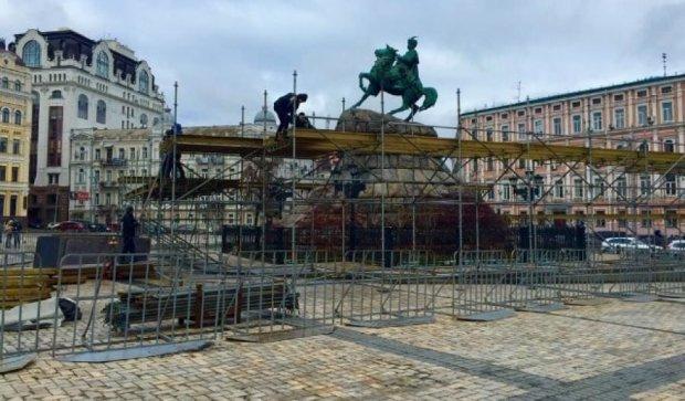 На Софійській площі вже будують різдвяне містечко (фото)