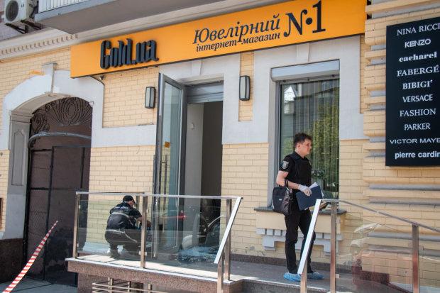 У Києві озброєний до зубів злодій увірвався в ювелірку: охоронець став першою мішенню, відео дикого нальоту