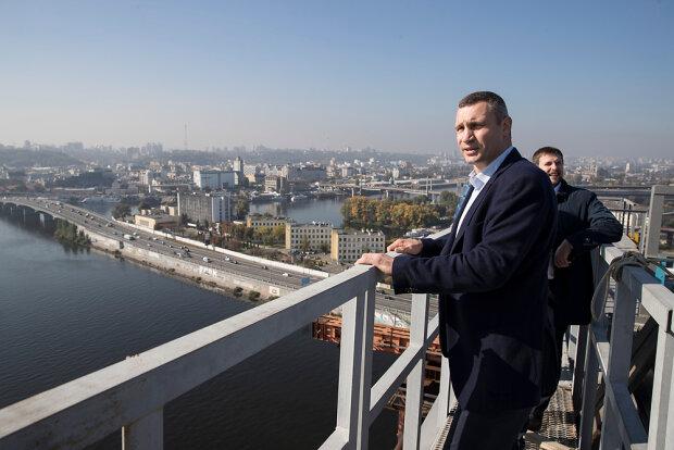 """Берегите головы: жизням киевских водителей угрожает еще один """"уставший мост"""""""